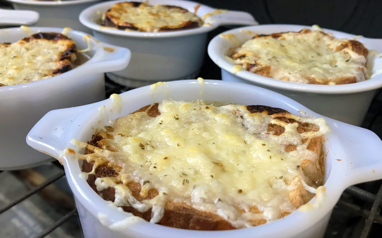 Soupe à l'oignon gratinée au Suisse St-Guillaume