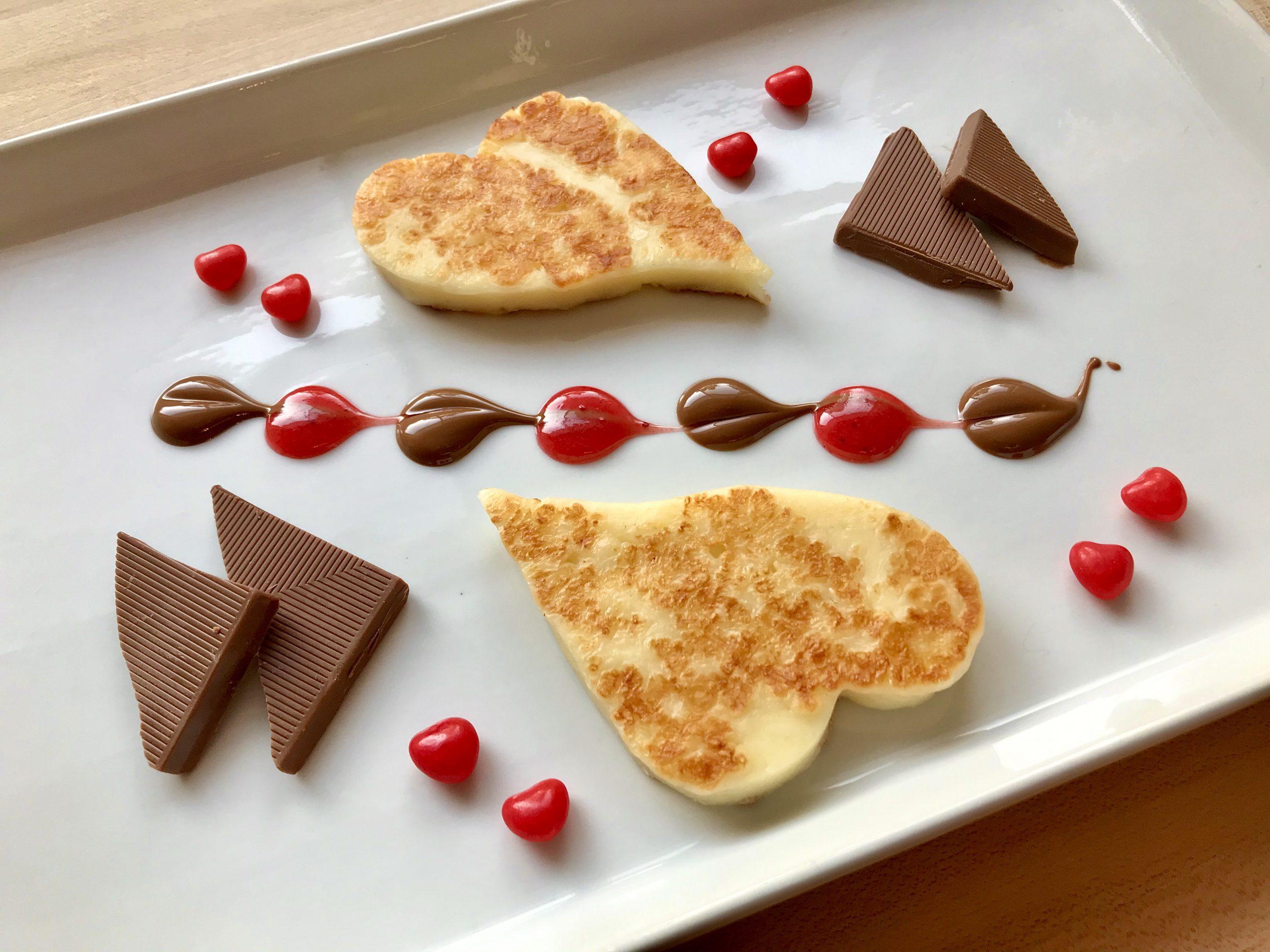 Fromages en forme de cœur avec des morçeaux de chocolat